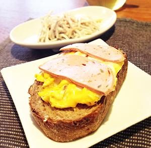 恥かしながら、ぼくがつくったスクランブルエッグ乗せのオープンサンド。生焼けの状態でパンに乗せてトーストする。