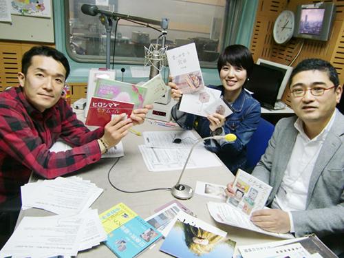 左から、青山さん、岡さん、久保です。  持っていただいているのは、しおまち書房の3冊の出版物と全国から収集したリトルプレスやzineの見本です。 ※写真は許可をいただいて転載しています。